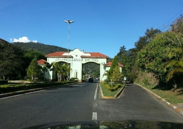 As voluntárias Aline e Mayena viajaram com Rajinha até a casa de sua nova família