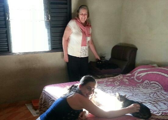 Rajinha ganha carinhos de Jaqueline e é observada pela voluntária Mayena